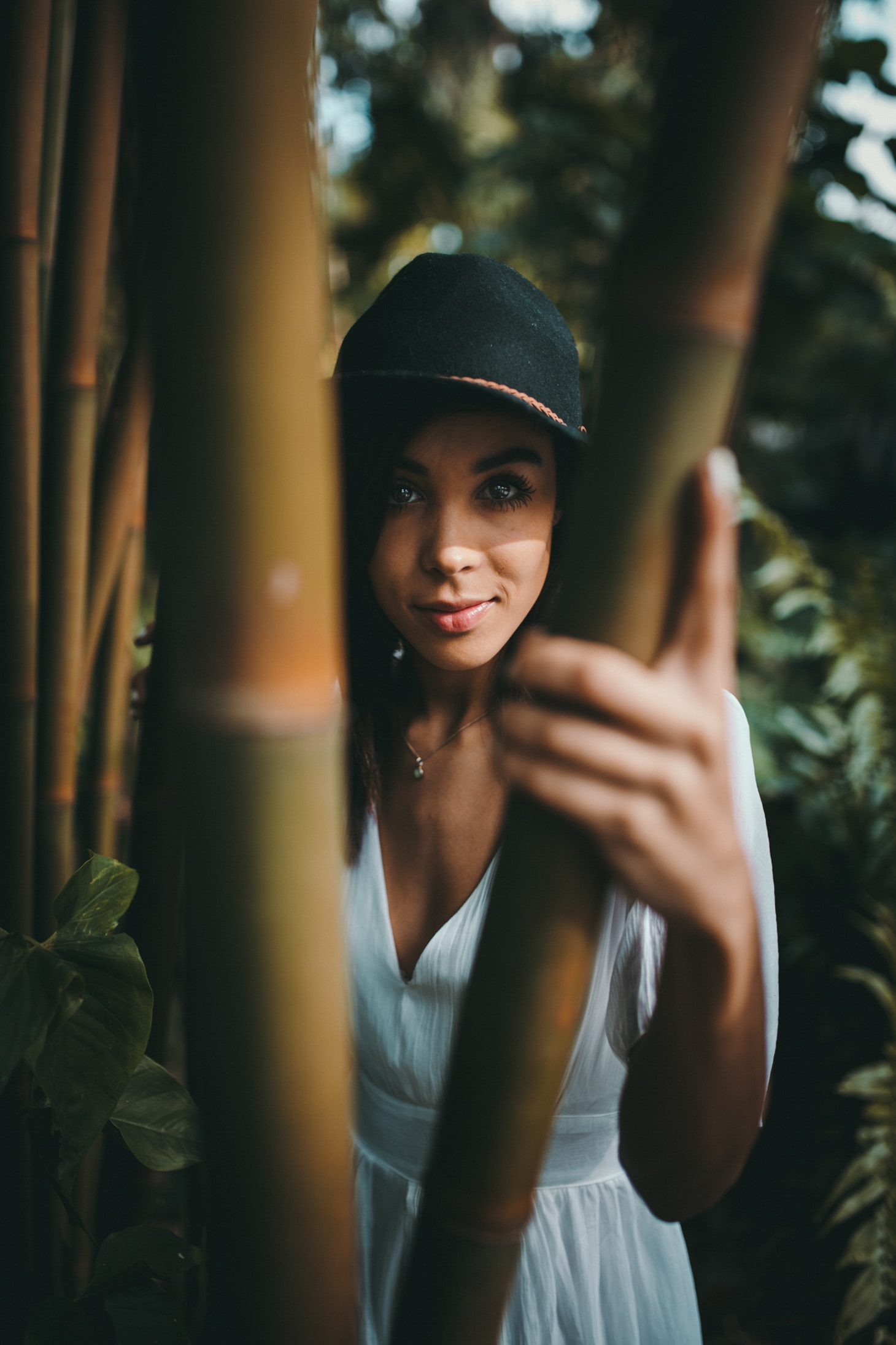 Vrouw staat in tuin