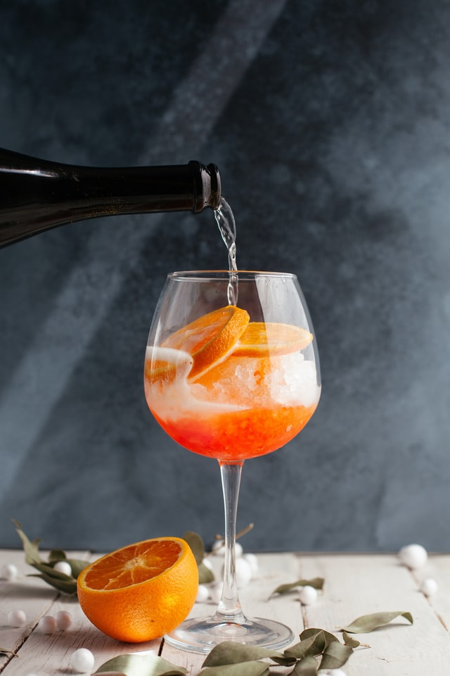 Oranje cocktail wordt ingeschonken